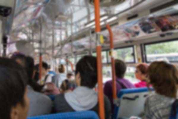 満員の市バス車内